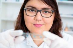 La muchacha adolescente en el laboratorio del valor nutritivo prueba Fotos de archivo libres de regalías