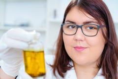 La muchacha adolescente en el laboratorio del valor nutritivo prueba Imagen de archivo