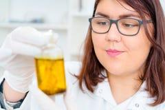 La muchacha adolescente en el laboratorio del valor nutritivo prueba Fotos de archivo