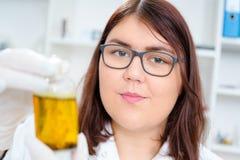 La muchacha adolescente en el laboratorio del valor nutritivo prueba Fotografía de archivo