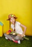 La muchacha adolescente en el sombrero de paja que lleva a cabo la primavera florece Fotografía de archivo libre de regalías