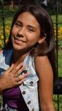 La muchacha adolescente entrega el corazón Imagenes de archivo