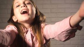 La muchacha adolescente envía besos del aire almacen de video