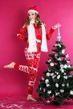 La muchacha adolescente es árbol de navidad cercano derecho Fotos de archivo libres de regalías