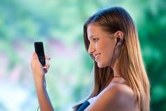 La muchacha adolescente escucha música Foto de archivo libre de regalías