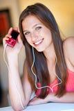 La muchacha adolescente escucha música Fotografía de archivo