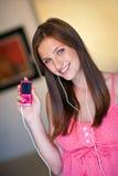 La muchacha adolescente escucha música Fotos de archivo libres de regalías