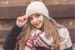 La muchacha adolescente está llevando el sombrero caliente del invierno Foto de archivo