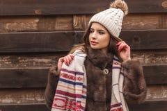 La muchacha adolescente está llevando el sombrero y la bufanda calientes Fotos de archivo