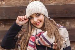 La muchacha adolescente está llevando el sombrero y la bufanda calientes del invierno Imagenes de archivo