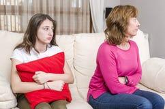 La muchacha adolescente está triste porque su madre está enojada en casa Imagen de archivo