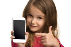 La muchacha adolescente feliz que se opone y que sonríe contra el fondo blanco Imagen de archivo