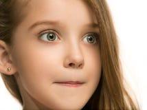 La muchacha adolescente feliz que se opone y que sonríe contra el fondo blanco Fotografía de archivo libre de regalías