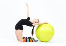 La muchacha adolescente flexible que hace la gimnasia ejercita en bola de la aptitud Imagenes de archivo