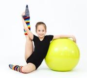 La muchacha adolescente flexible que hace la gimnasia ejercita en bola de la aptitud Fotos de archivo libres de regalías