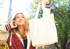 La muchacha adolescente habla en un móvil Imagen de archivo libre de regalías