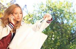 La muchacha adolescente habla en un móvil Fotografía de archivo libre de regalías