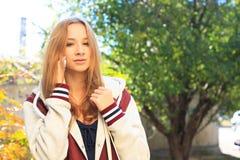 La muchacha adolescente habla en un móvil Imágenes de archivo libres de regalías