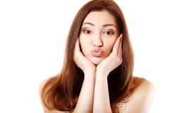 La muchacha adolescente hace caras con el beso que mira la cámara Foto de archivo libre de regalías