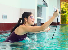 La muchacha adolescente hace selfi en piscina Imágenes de archivo libres de regalías