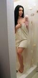 La muchacha adolescente hermosa camina en la ducha (1) Imagenes de archivo