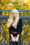 La muchacha adolescente hermosa rubia deportiva elegante joven en la presentación negra en el parque en un día de oro caliente de Fotografía de archivo libre de regalías