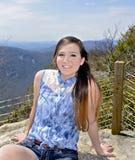 La muchacha adolescente joven en la montaña pasa por alto Fotos de archivo