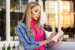 La muchacha adolescente joven está sosteniendo su tableta Imágenes de archivo libres de regalías