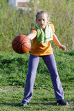 La muchacha adolescente juega a baloncesto Foto de archivo libre de regalías