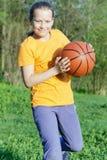 La muchacha adolescente juega a baloncesto Imágenes de archivo libres de regalías