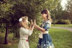 La muchacha adolescente juega con las manos del ` s de la mamá en el verano en la naturaleza, con referencia a Imagenes de archivo