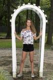 La muchacha adolescente linda presenta cerca del enrejado Imagen de archivo