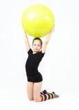 La muchacha adolescente linda que hace la gimnasia ejercita con la bola de la aptitud Foto de archivo libre de regalías