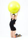 La muchacha adolescente linda que hace la gimnasia ejercita con la bola de la aptitud Imagenes de archivo
