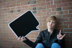 La muchacha adolescente lleva a cabo la muestra negra Foto de archivo