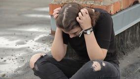 La muchacha adolescente llora en el tejado almacen de video