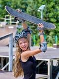 La muchacha adolescente monta su monopatín Imagen de archivo