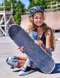La muchacha adolescente monta su monopatín Fotografía de archivo libre de regalías
