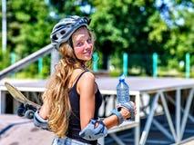 La muchacha adolescente monta su monopatín Foto de archivo libre de regalías