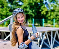 La muchacha adolescente monta su monopatín Imagen de archivo libre de regalías