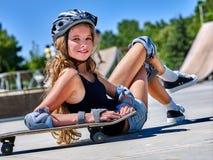 La muchacha adolescente monta su monopatín Imágenes de archivo libres de regalías