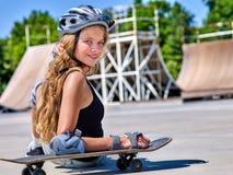 La muchacha adolescente monta su monopatín Foto de archivo