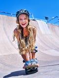 La muchacha adolescente monta su monopatín Imagenes de archivo