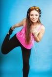 La muchacha adolescente que escucha relaja la música mp3 y baile Foto de archivo libre de regalías