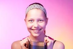 La muchacha adolescente recibe un regalo Imagen de archivo