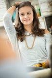 La muchacha adolescente se imagina que es más vieja Foto de archivo