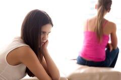 La muchacha adolescente se preocupa debido a conflicto con el amigo Fotos de archivo