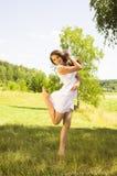 La muchacha adolescente se vistió en vestido corto casual Fotos de archivo