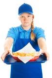 La muchacha adolescente sirve los alimentos de preparación rápida Fotos de archivo libres de regalías