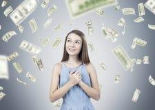 La muchacha adolescente soñadora, manos acerca al corazón, lluvia del dólar Fotografía de archivo